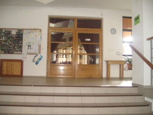 pohled z foye na vchod do modlitebny - interiér