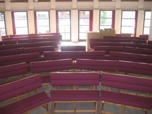 pohled z kazatelny do sálu modlitebny
